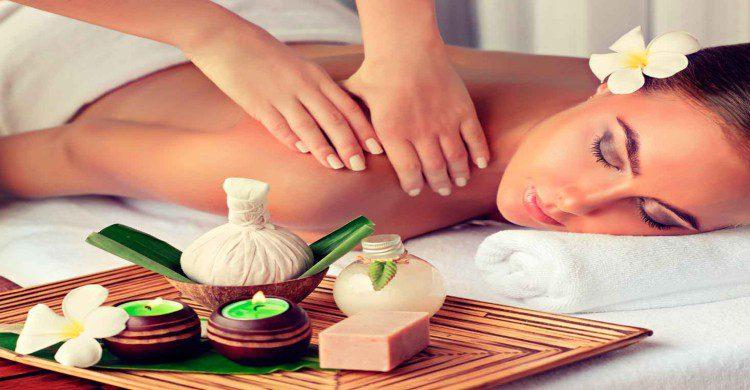 mujer morena recibiendo masaje en spa