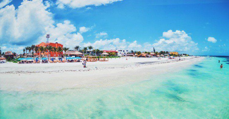 Playa Puerto Morelos con mar turquesa y cielo azul
