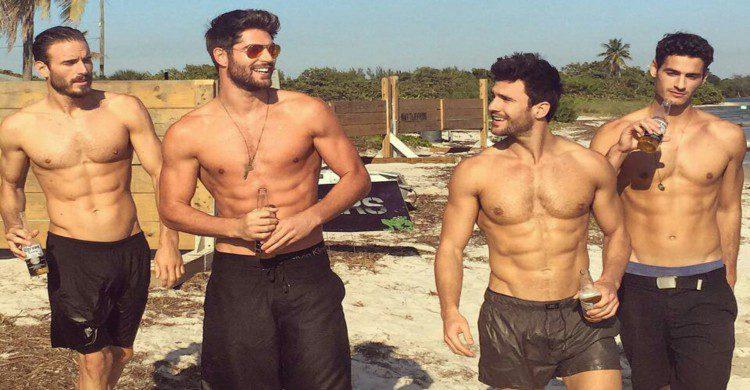 Hombres musculosos en la playa