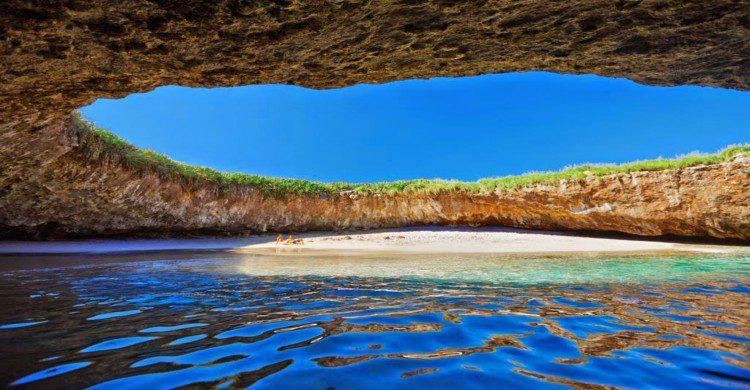 Interior de la cueva Punta Mita con agua azul y cielo despejado