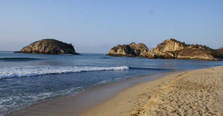 Playa Maruta, Michoacán de día con cielo despejado y rocas en el mar
