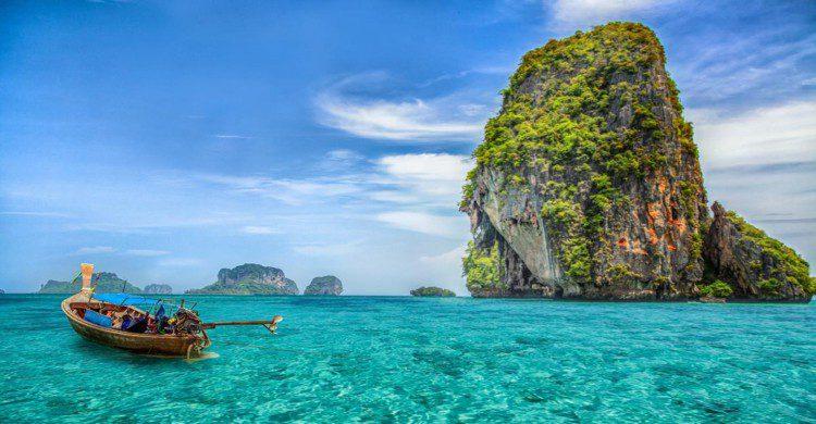 Barco en agua azul turquesa de Tailandia