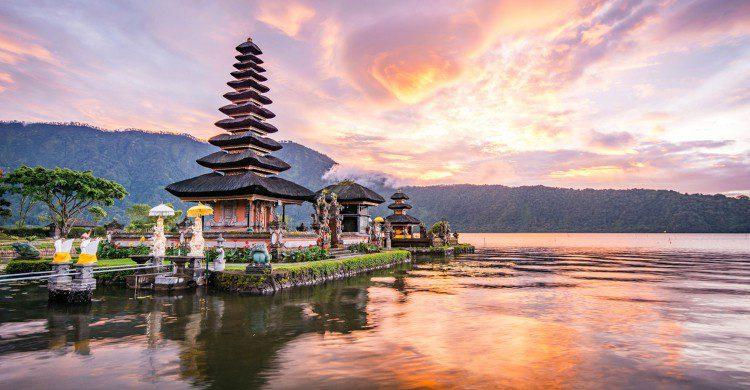 Atardecer en lago de Bali, Indonesia