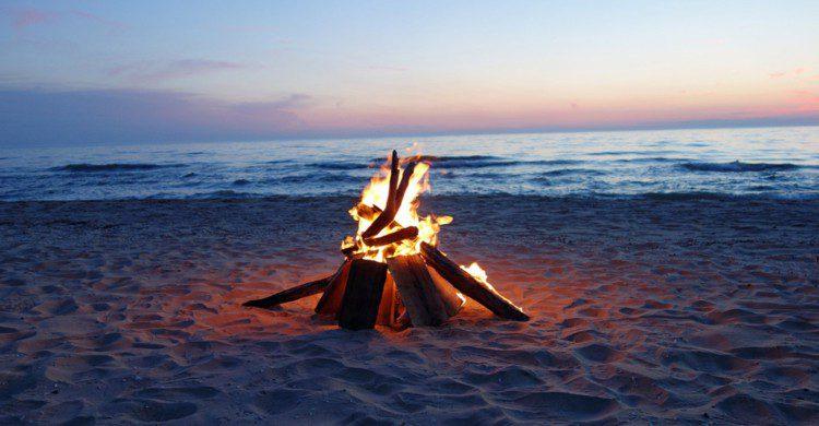 Fogata en la playa a la orilla del mar al atardecer