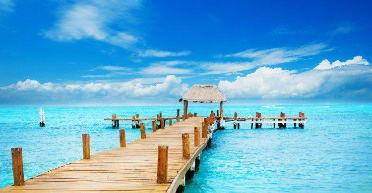 Mar azul y cielo con pocas nubes en Cancún, Quintana roo
