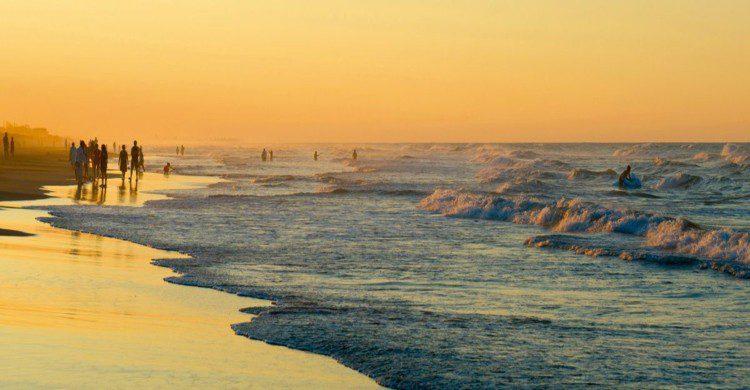 Playa de Tecolutla al atardecer con personas en el mar