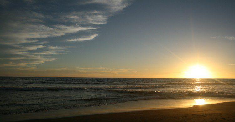 Playa de Tecomán al atardecer con la puerta de sol
