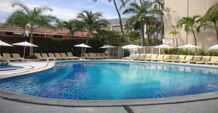 Sands Acapulco Hotel and Bungalows con alberca al aire libre, camastros y palmeras