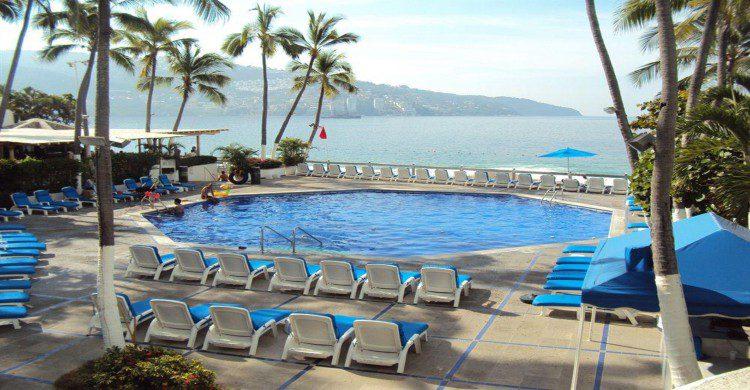 Hotel Acapulco Turquesa alberca con vista al mar de día