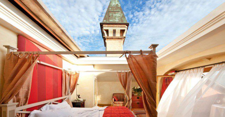 habitación con el techo descubierto de día
