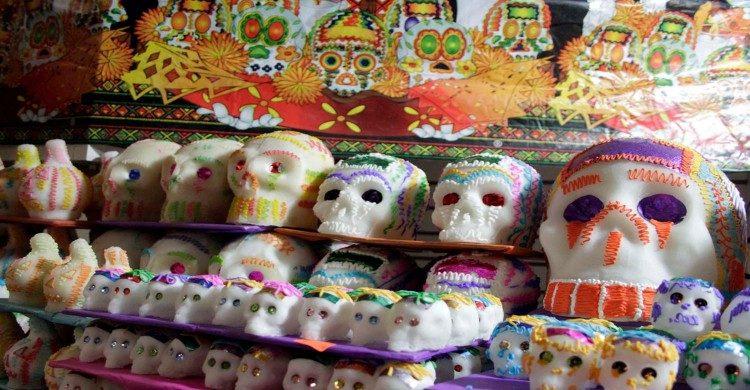 Calaveritas de azúcar decoradas con colores