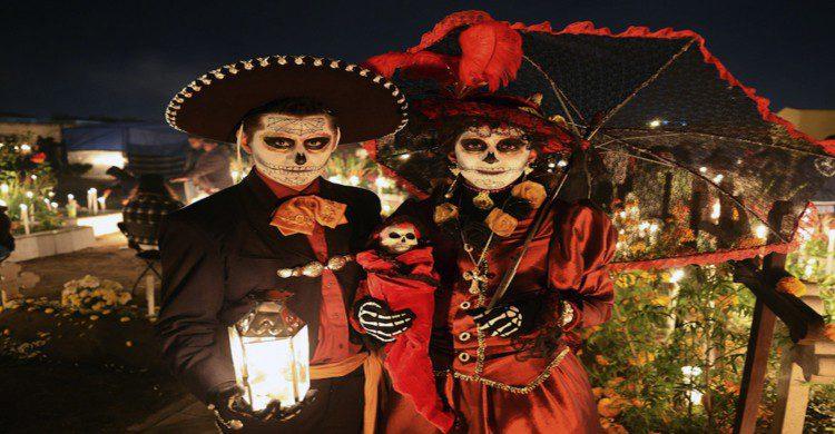 Hombre y Mujer disfrazados de Catrinas en Teotihuacán de noche