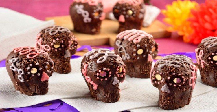 Calaveritas de chocolate con decoración rosa