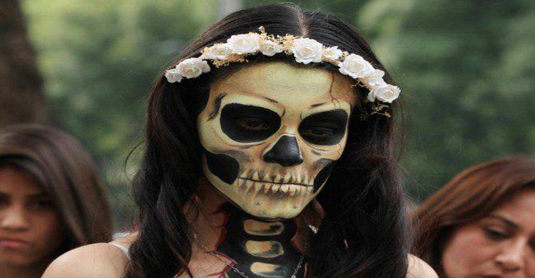 Mujer con maquillaje de catrina de día