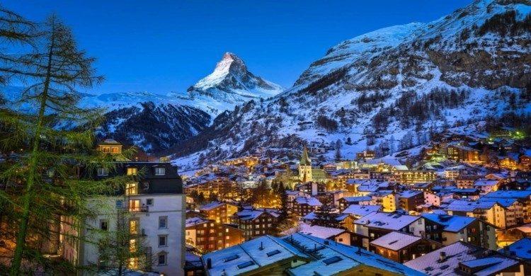 Ciudad de Albinen en Suiza al anochecer con montañas nevadas