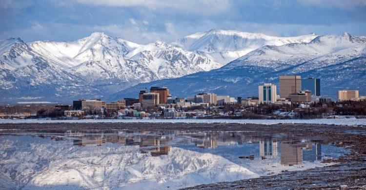 Alaska con nive y montañas de fondo de día