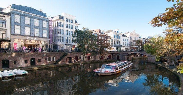 Ciudad de Utrecht, Holanda de día con canal