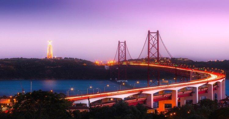 Puente de Lisboa al atardecer con cielo rosado