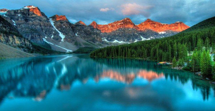 Paisaje montañoso con bosque y río en Canadá de día
