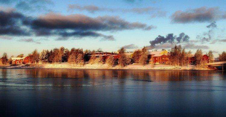 Ciudad de Finlandia a orillas del lago de día con sol