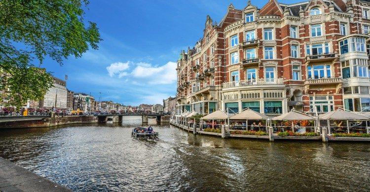 Canal de Ámsterdam de día