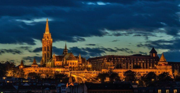 Iglesia iluminada de Budapest de noche