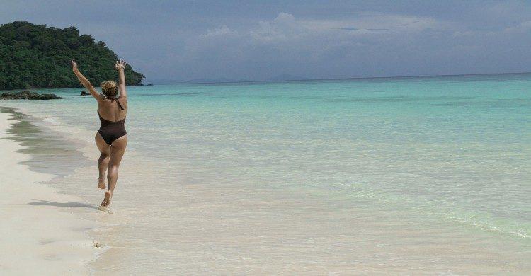 Mujer con traje de baño negro en Isla Mujeres de día