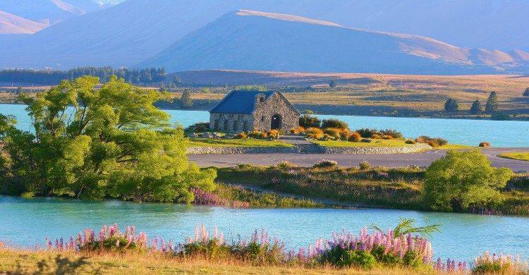 Casa de madera en Nueva Zelanda a orillas de un lago de día