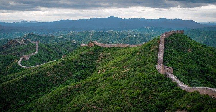 Muralla China entre vegetación verde de día, vista panorámica