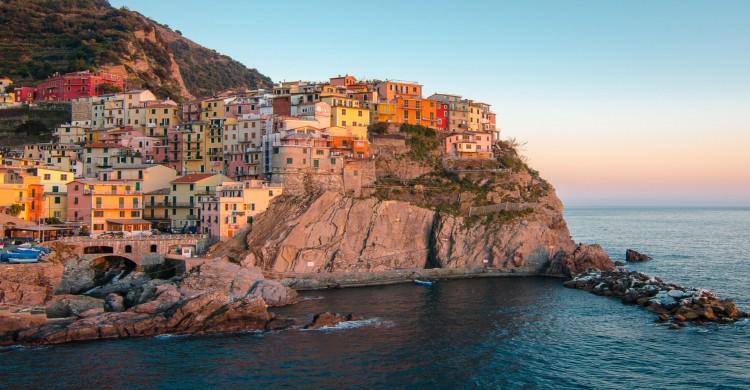 Cinque Terre, Italia con vista al mar al atardecer