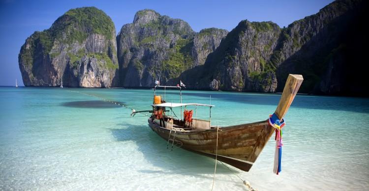 Kayak en Phi Phi Leh, Tailandia a la orilla del mar turquesa de día con montañas de fondo