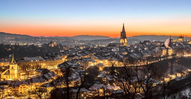 Vista panorámica de la ciudad al atardecer en Suiza
