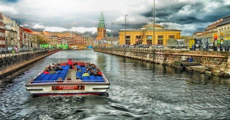 Lancha con personas en canal de Dinamarca de día