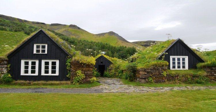Casas de día en Islandia con paisaje verde