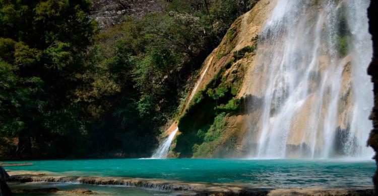 Agua turquesa en Cascadas Las 3 Tzimoleras de día