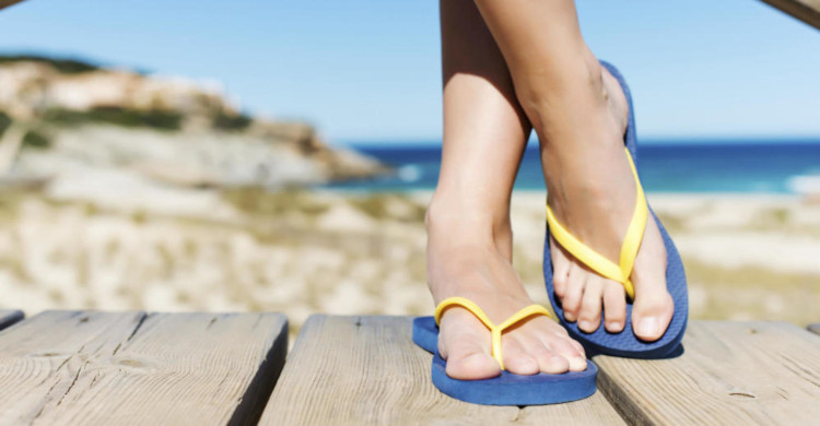 Persona usando sandalias amarillas con azul