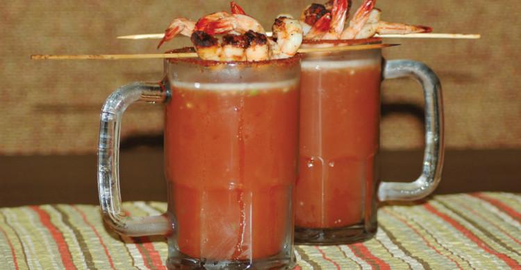 Dos micheladas con brochetas de camarón