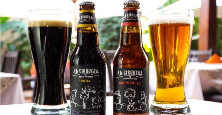 Cerveza artesanal clara y oscura con botellas al lado