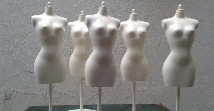maniquíes blancos con forma de mujer