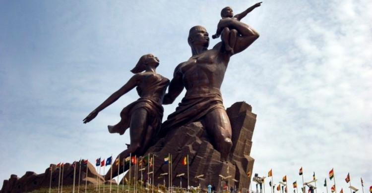 Estatua de hombre, mujer y niño de día