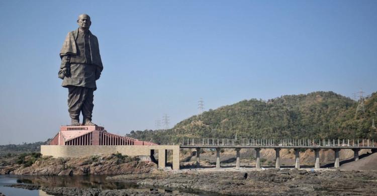 Estatua de día con cielo azul y puente de día