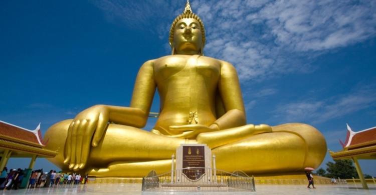 Estatua de Buda dorado con cielo azul de día