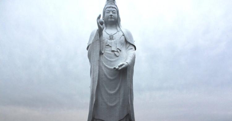 Estatua blanca con cielo nublado de día
