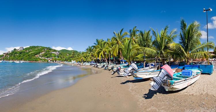 barcos a la orilla del mar en Ixtapa Zihuatanejo de día