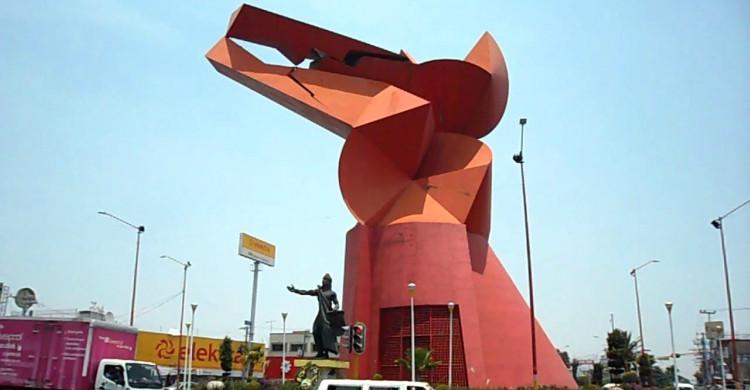 Monumento rojo del Coyote en Ayuno de Sebastián de día