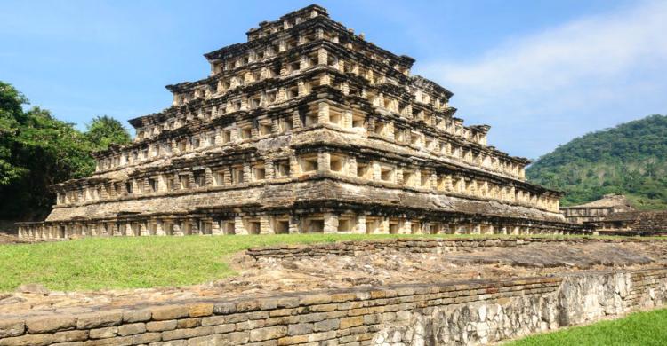 Pirámide en zona arqueológica del Tajín de día