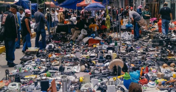 personas comprando en el mercado El Salado de ciudad Neza de día