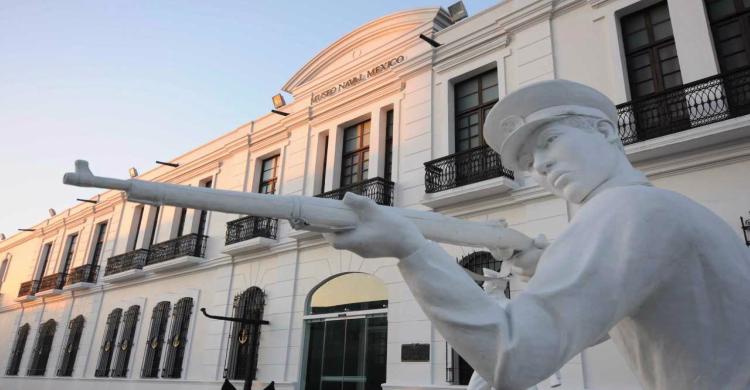 Estatua de marino en el Museo Naval de Veracruz de día