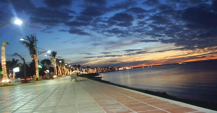 Malecón de Veracruz al anochecer con nubes