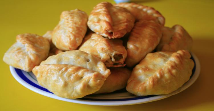 pastes acomodados en plato con mantel amarillo